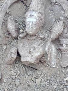 MP-खुदाई में मिली कुबेर मूर्ति की रक्षा करता नाग का वीडीयो हुआ वायरल 4