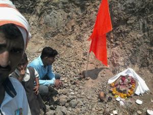 MP-खुदाई में मिली कुबेर मूर्ति की रक्षा करता नाग का वीडीयो हुआ वायरल 2