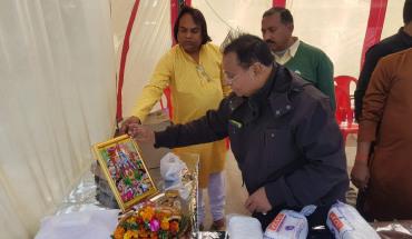 जालौन-उरई रेलवे परिसर में मकर संक्रांति के उपलक्ष्य में  गरीबो को किये गए कम्बल,वस्त्र वितरण । 4