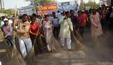 Jalaun-अखिल भारतीय वैश्य एकता परिषद ने चलाया स्वच्छता अभियान 4