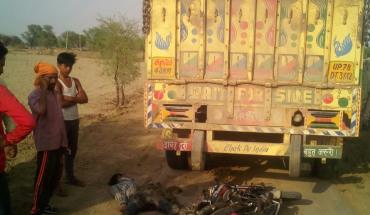 मऊरानीपुर-ट्रक की चपेट में आने से मोटरसाइकिल सवार की मौके पर दर्दनाक मौत 6