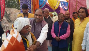 उरई-माँ रक्तदन्तिका मंदिर के प्रांगण में संस्कार ग्रामोत्थान संस्था के सौजन्य से महिला,पुरुषों को किया गया कम्बल वितरण 8