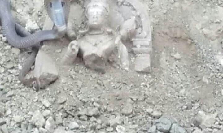MP-खुदाई में मिली कुबेर मूर्ति की रक्षा करता नाग का वीडीयो हुआ वायरल 1