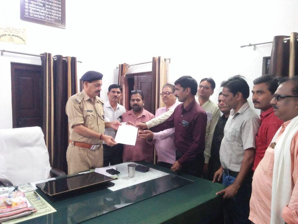 जालौन-कुशीनगर में हुई पत्रकार की हत्या के विरोध में जालौन के पत्रकारों ने भेजा मुख्यमंत्री को ज्ञापन।