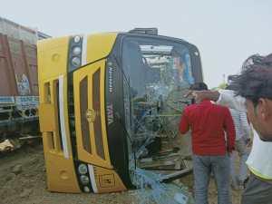 जालौन-स्कूली बस व ट्रक की टक्कर में 40 बच्चे घायल