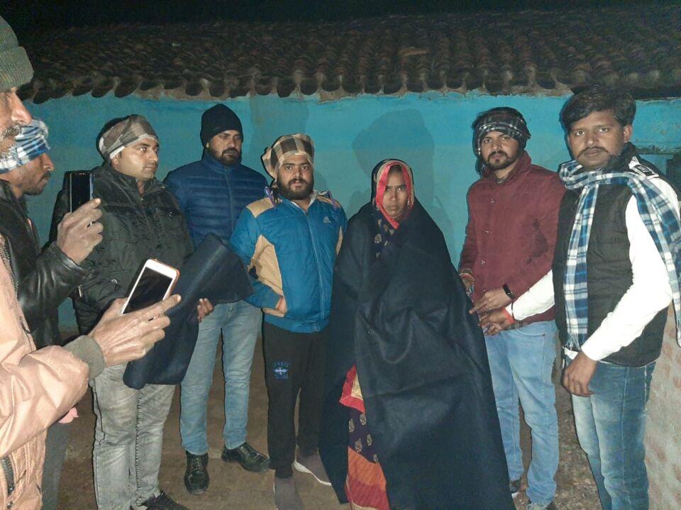 जालौन-राजू सेवा संस्थान द्वारा सर्दी में गरीब, असहाय लोगो को कम्बल वितरित किए गए।