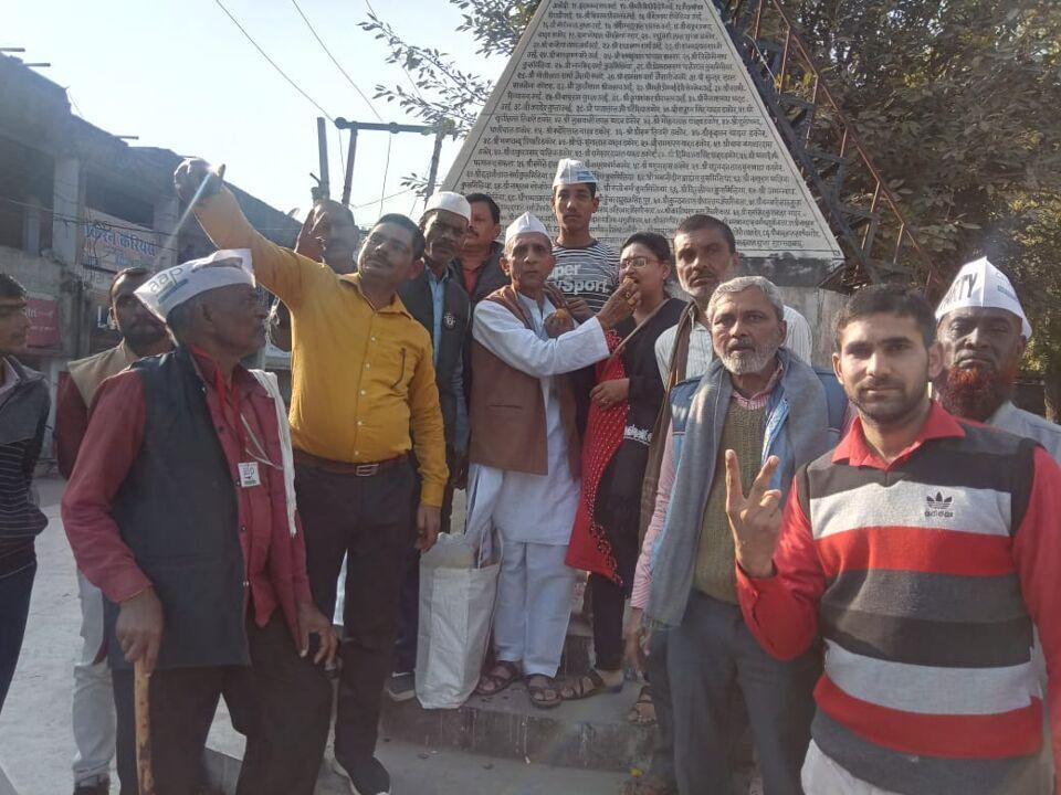 जालौन-दिल्ली आम आदमी पार्टी की सरकार बनने पर उरई में आम आदमी पार्टी में खुशी की लहर।