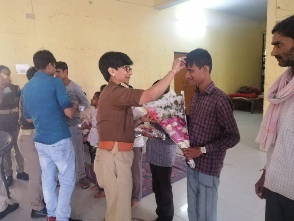 जालौन-महिला थाना प्रभारी नीलेश कुमारी ने होली पर पेश की नई मिसाल।