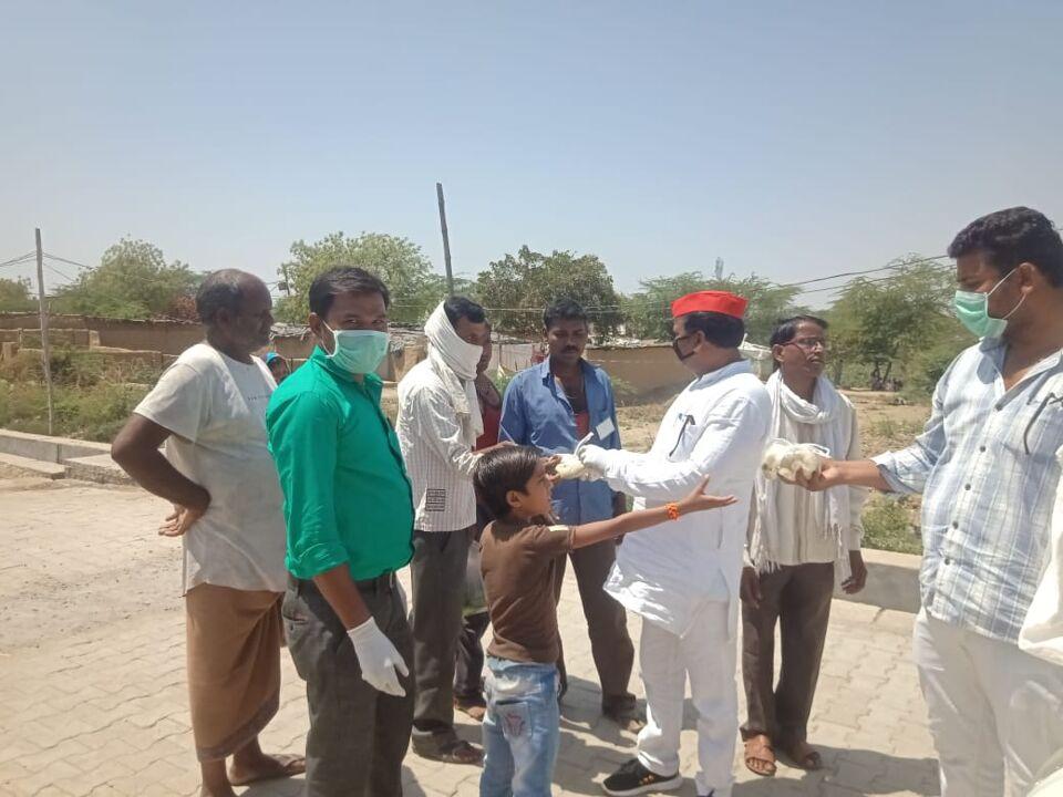 जालौन-सपा नेता जीवन बाल्मीकि ने गरीबों को बाटी खाद्यान्न सामग्री।