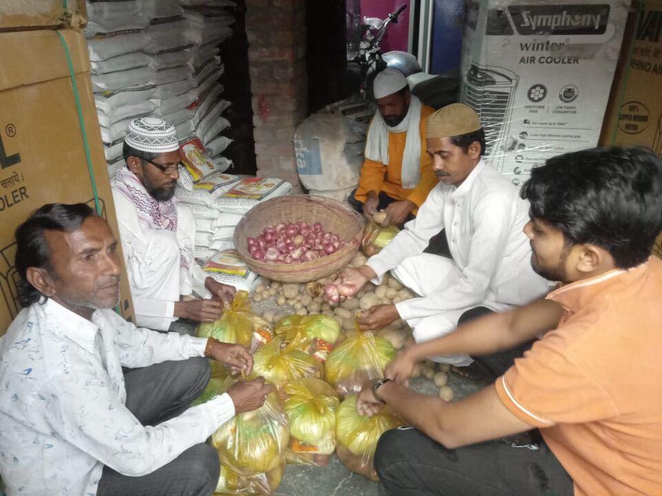 जालौन-समाजसेवी यूसुफ अंसारी गरीबों तक पहुँचा रहे खाद्यान्न सामग्री।
