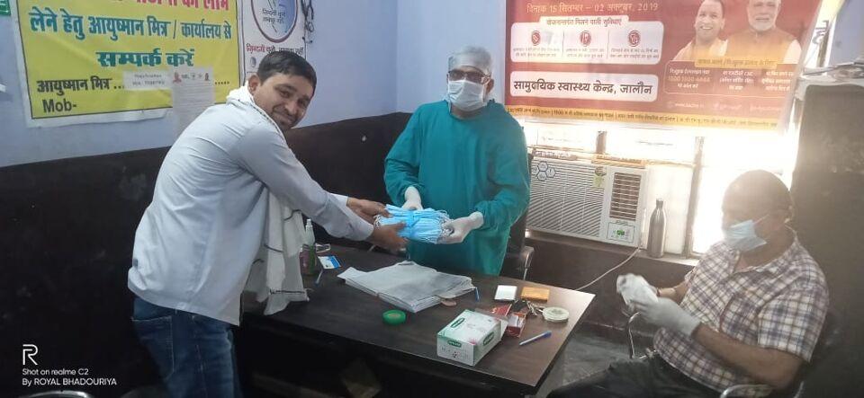 जालौन-जल कल्याण समिति नें जालौन डॉक्टर मुकेश राजपूत को मास्क कराये उपलब्ध।