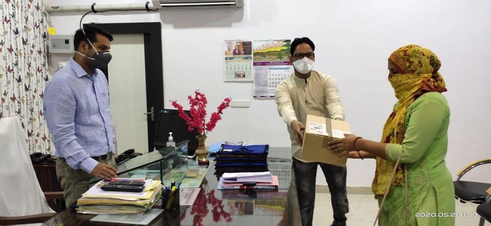 जालौन जिलाधिकारी डॉ मन्नन अख्तर ने लॉकडाउन में मरीज को मुहैया कराई दवा।