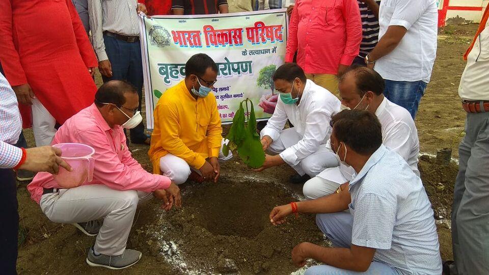 जालौन-भारत विकास परिषद के 58 वे स्थापना दिवस पर हुआ 151 बृक्षों का बृक्षारोपण।