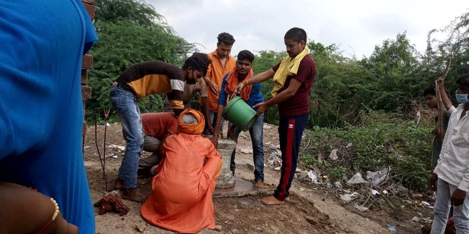 जालौन-पचीपुरा कला में अज्ञात लोगों ने भगवान शंकर की मूर्ति क्षतिग्रस्त कर तालाब में फेंकी।