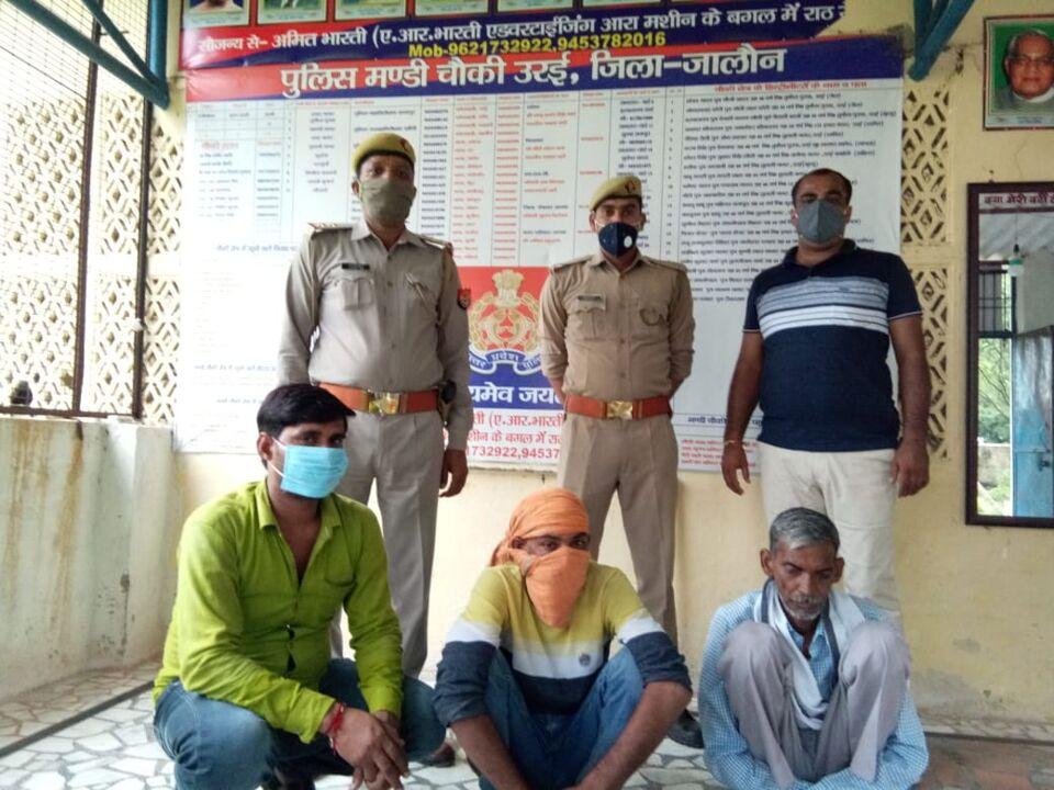जालौन-उरई में सट्टा लगाते हुए तीन सटोरियों को पुलिस ने पकड़ा।।