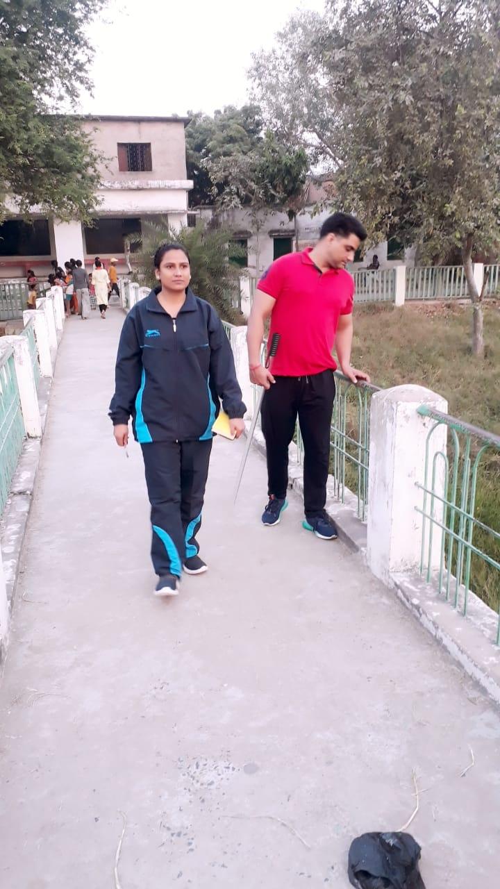 जालौन-महिला शक्ति टीम प्रभारी रानी गुप्ता ने अनावश्यक रूप से खड़े लोगों से की पूछताछ।