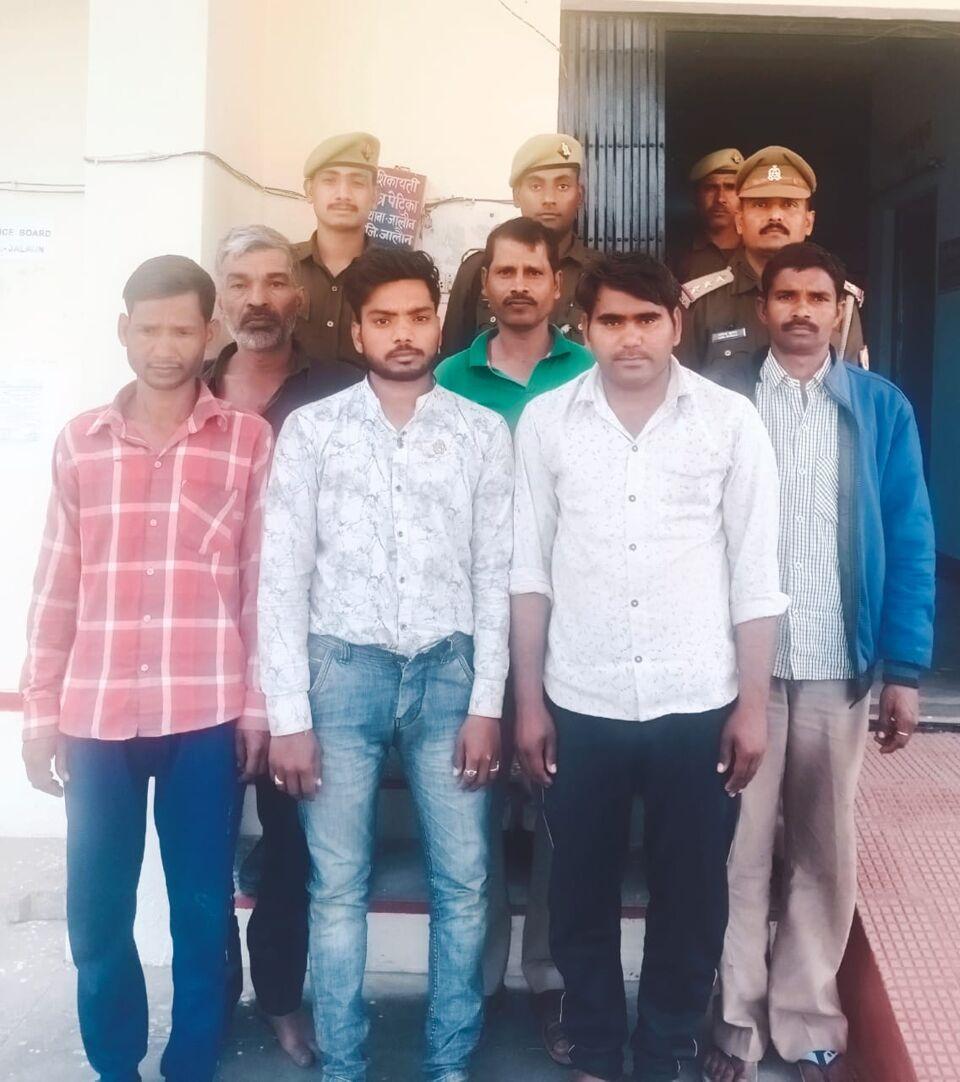 जालौन कोतवाली पुलिस ने जुआ खेलते 5 व अवैध शराब के साथ एक अभियुक्त को पकड़ा।
