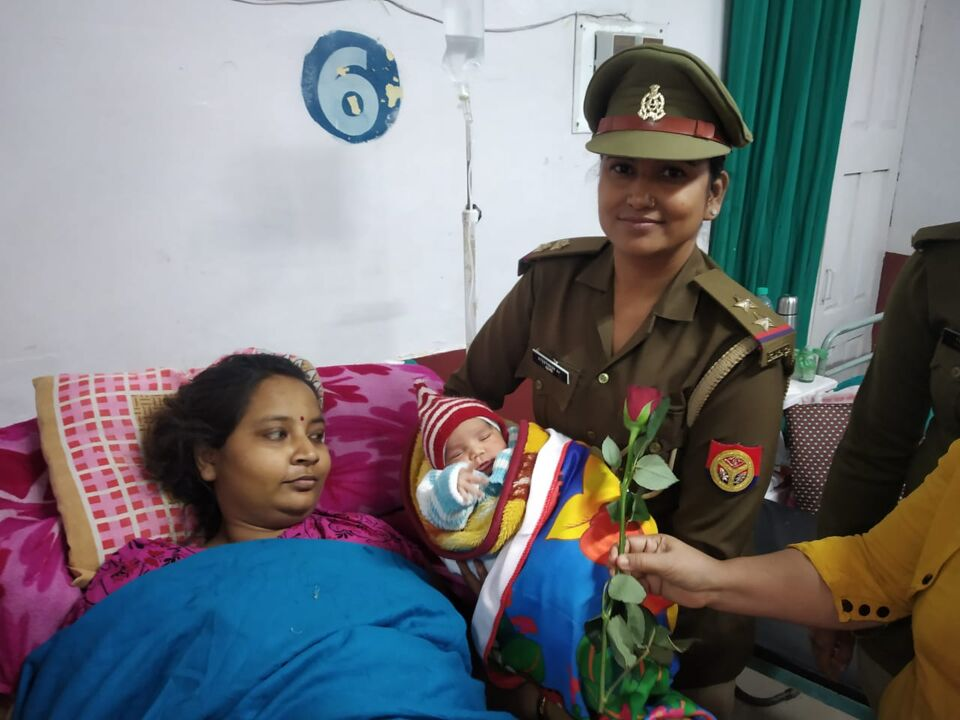जालौन-महिला शक्ति मोबाइल प्रभारी रानी गुप्ता ने अंतरराष्ट्रीय महिला दिवस पर जन्मे बच्चों को वस्त्र वितरित किये।