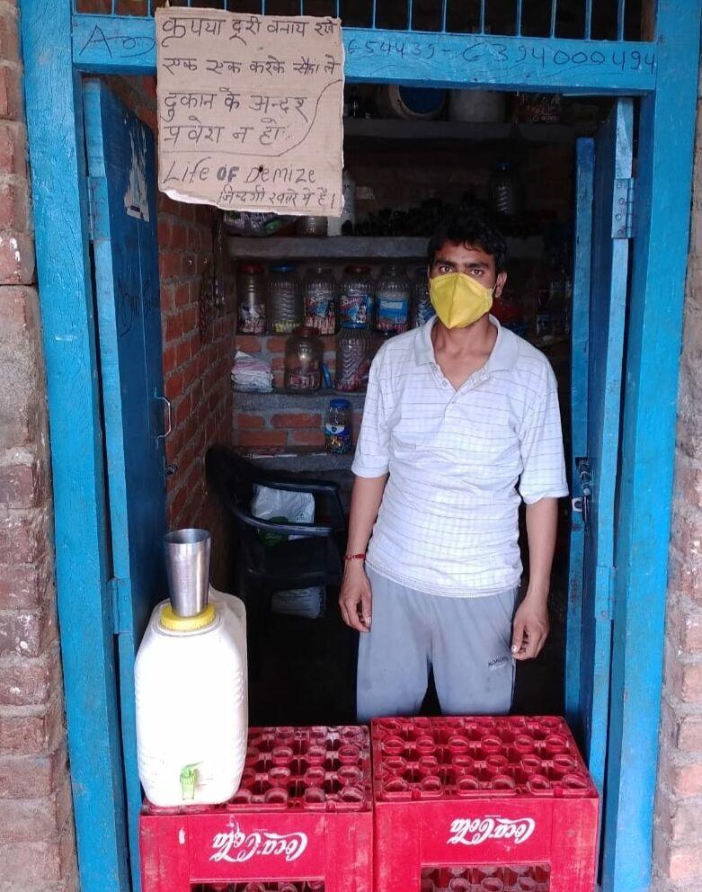 जालौन-कोरोना वायरस के बढ़ते संक्रमण को देखते हुए दुकानदार ने लगाया बोर्ड।