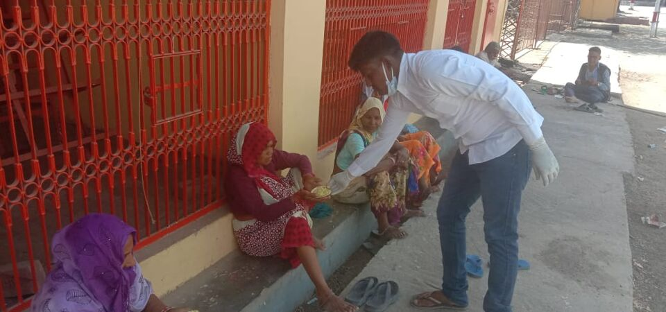 जालौन-वाल्मीकि महासभा के युवा मोर्चा जिलाध्यक्ष ने गरीबों को खाना खिलाया।