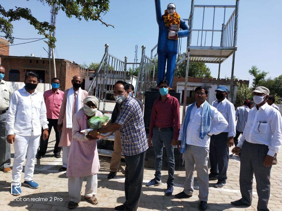 जालौन-बी.आर अम्बेडकर विकास समिति ने गरीब जरूरतमन्दो को खाद्यन्न सामग्री वितरण की।