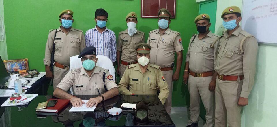 कुठौंद पुलिस ने मादक पदार्थ के साथ एक युवक को पकड़ा।