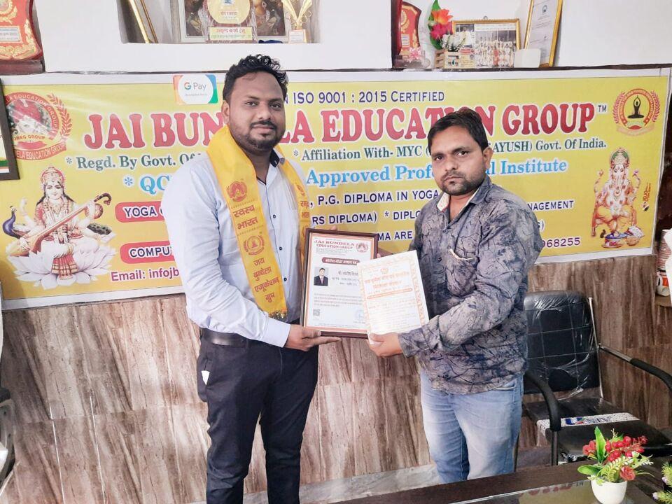 जालौन-जय बुन्देला एजुकेशन द्वारा कोरोना योद्धा आशीष शिवहरे पत्रकार को सम्मानित किया गया।