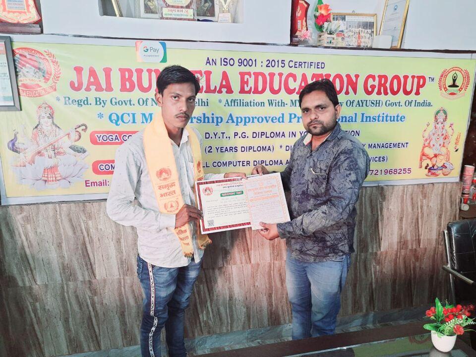 जालौन-जय बुन्देला एजुकेशन द्वारा कोरोना योद्धा Soni News के पत्रकार अमित कुमार को किया सम्मानित