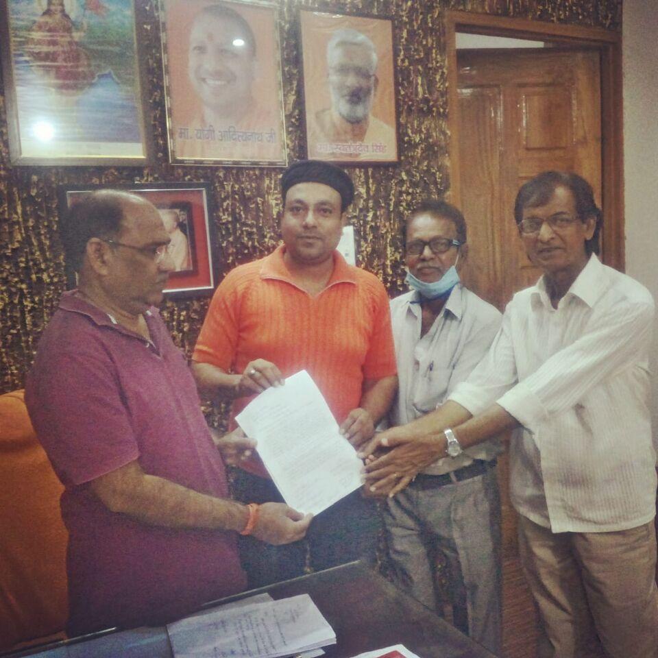 जालौन-जनपद के कलाकारों ने सदर विधायक गौरी शंकर वर्मा को सौंपा ज्ञापन।