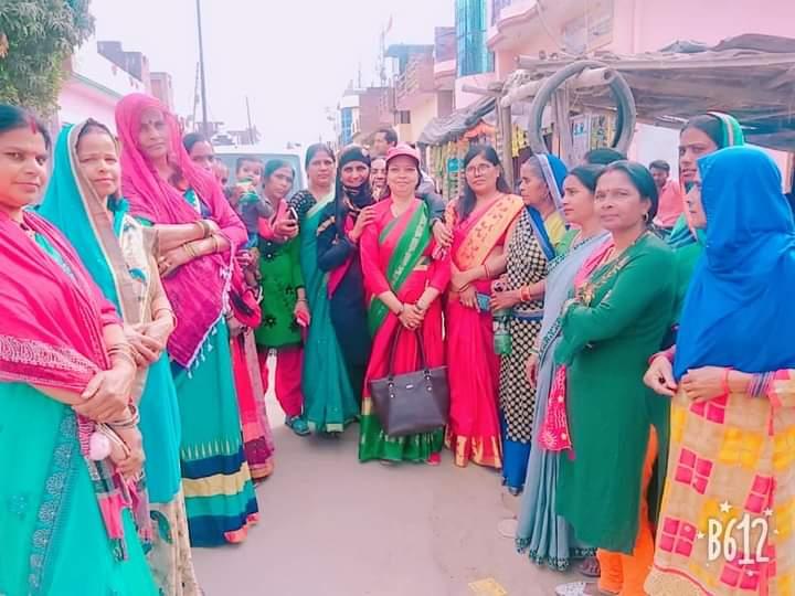 जालौन-सपा की महिला घेरा कार्यक्रम में सैंकड़ो महिलाओं संग पहुँची कुसुम सक्सेना।