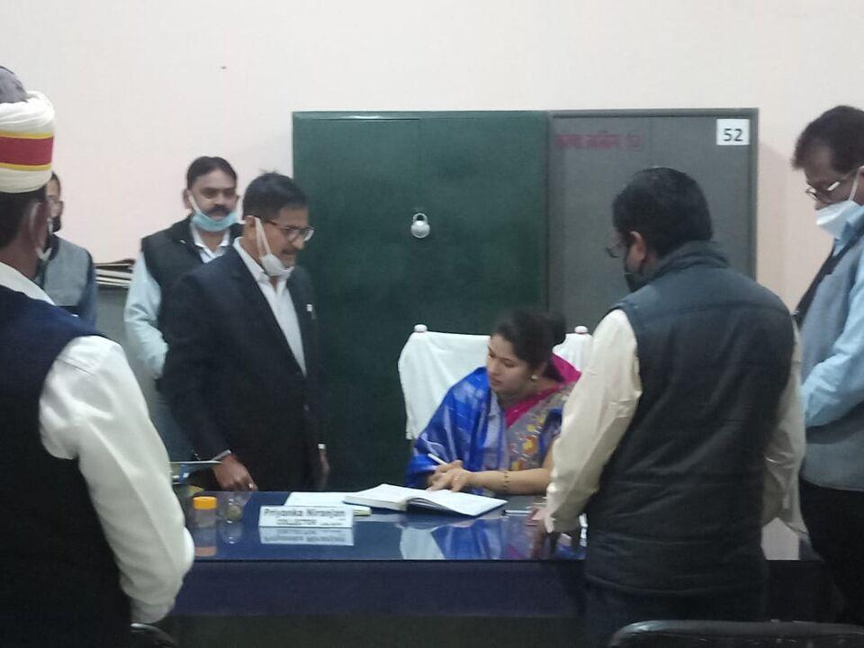 जालौन-नवागत जिलाधिकारी प्रियंका निरंजन जी ने संभाला जिले का कार्यभार।