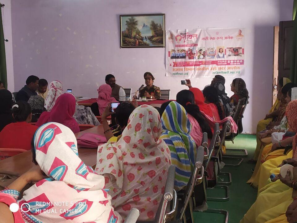 जालौन-महिला शक्ति मोबाइल टीम प्रभारी ने सुरक्षा को लेकर महिलाओं को किया जागरूक।