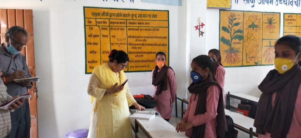 जालौन-जिलाधिकारी प्रियंका निरंजन ने पूर्व माध्यमिक विद्यालय मुहम्मदाबाद ब्लाक डकोर का आकस्मिक निरीक्षण किया