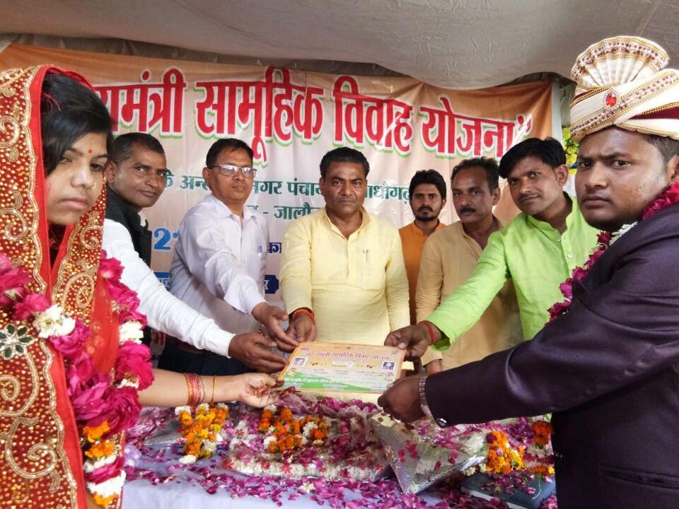 माधौगढ़-मुख्यमंत्री सामूहिक विवाह कार्यक्रम में 21 जोड़ों ने एक दूजे के लिये खायी कसम।