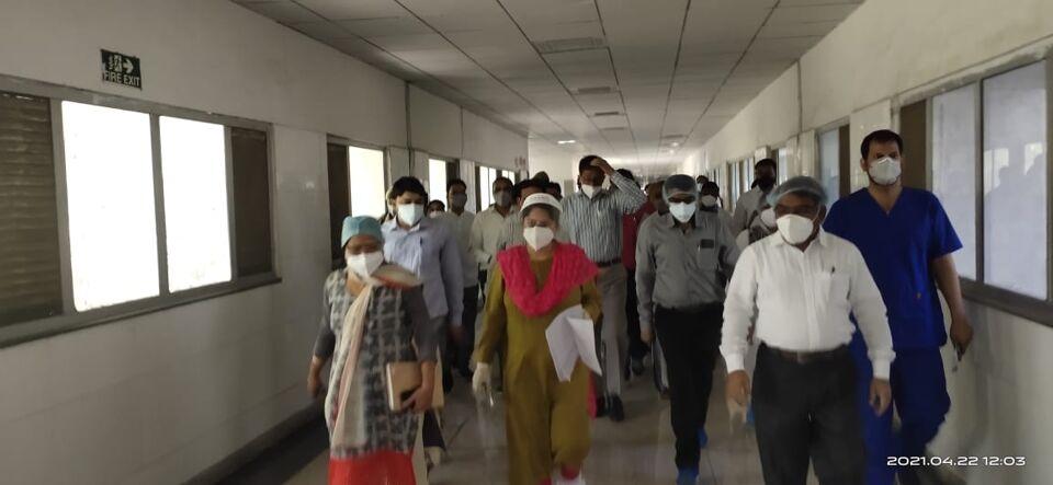 जालौन-जिलाधिकारी प्रियंका निरंजन ने राजकीय मेडिकल कालेज उरई का किया औचक निरीक्षण।