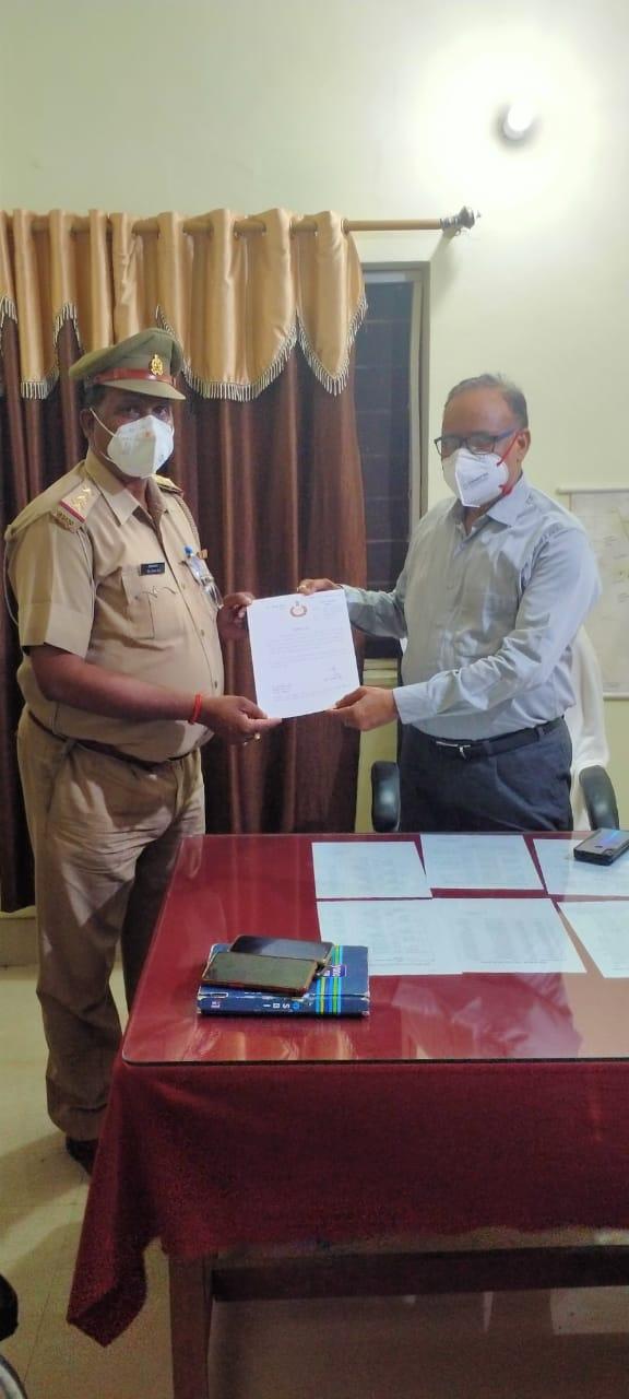 जालौन-आटा थाना प्रभारी को शांतिपूर्ण ढंग से निर्वाचन सम्पन्न कराने पर प्रशस्ति पत्र प्रदान किया गया।