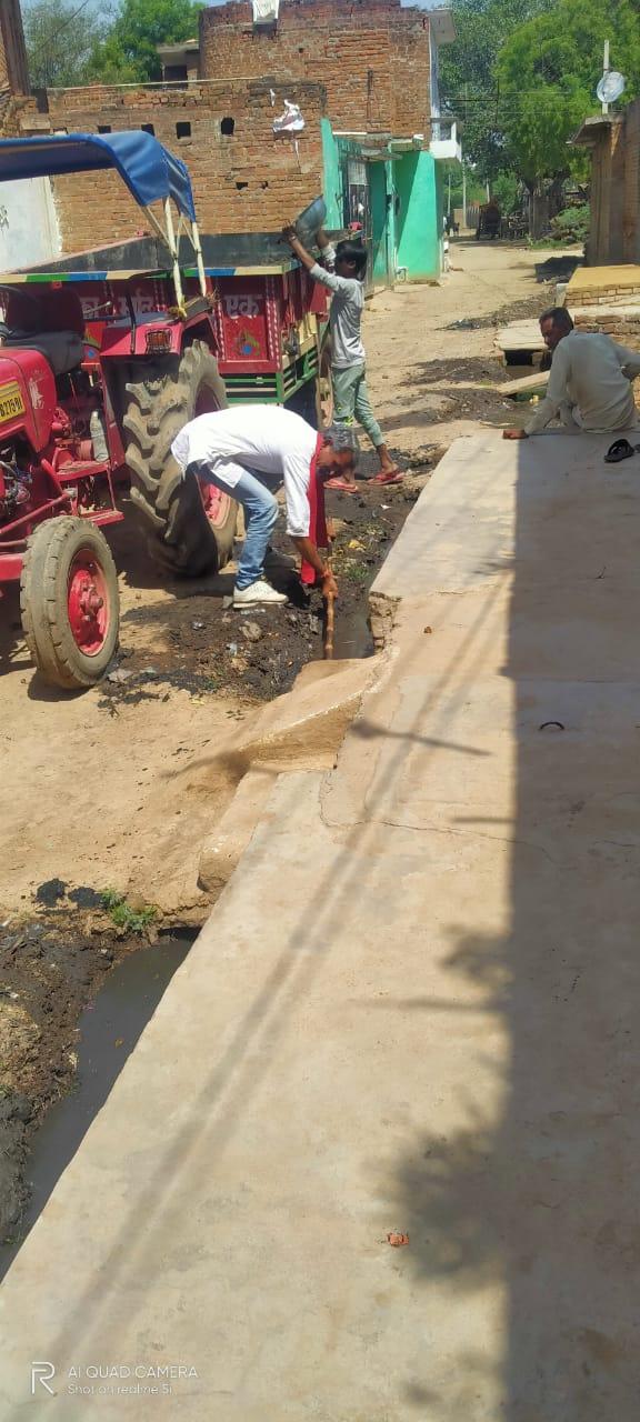 जालौन-सालों से गांव में पसरी गंदगी को साफ करने का लिया संकल्प।