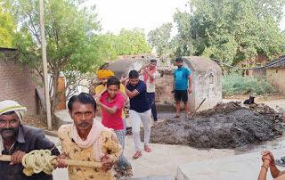 जगम्मनपुर-जिला पंचायत सदस्य ने कराई कुओं की सफाई भविष्य में कुआं का जल ही होगा जीवन का आधार-राघवेंद्र