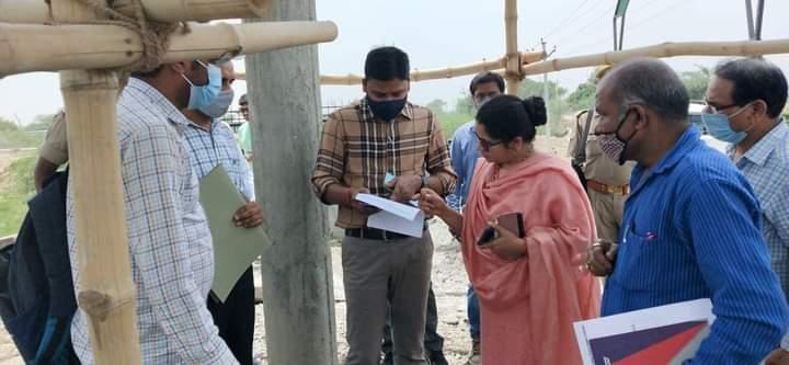 जालौन-ग्राम मड़ोरा एवं मिनौरा में निर्मित पानी की टंकियों का जिलाधिकारी ने किया औचक निरीक्षण