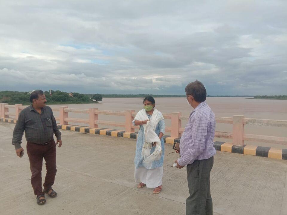 जालौन-अपर जिलाधिकारी ने बाढ़ वाले इलाक़े पंचनद का किया निरीक्षण।