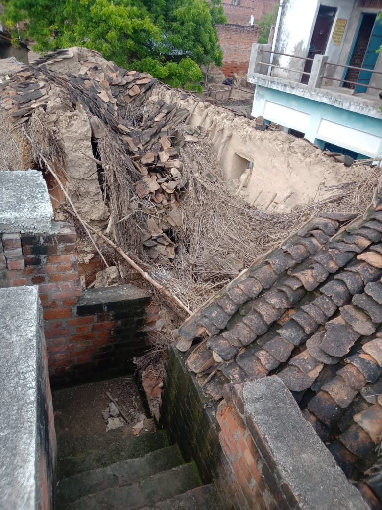 बाढ़ की नमी से दरका कच्चा मकान भरभरा कर गिरा