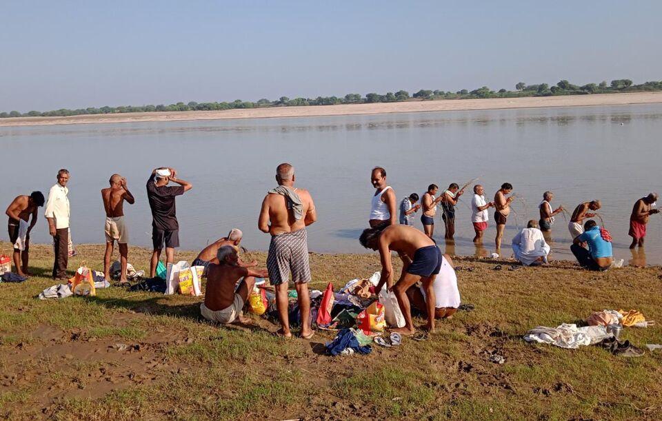 जालौन-पूर्वजों के तर्पण को पंचनद तीर्थ के विश्रांत घाट पर जुटी भीड़