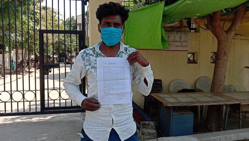 जालौन-युवक ने लगाया कुछ लोगों पर पत्नि को बहला-फुसलाकर भगा ले जाने का आरोप   पुलिस अधीक्षक को शिकायती पत्र सौप लगाई न्याय की गुहार